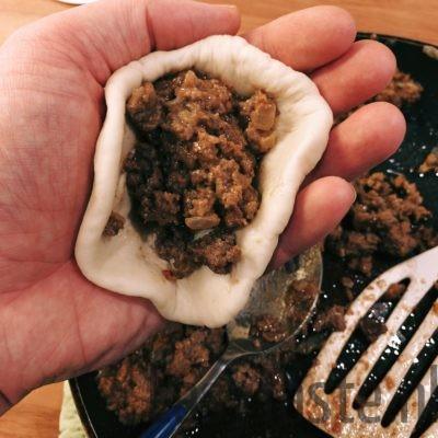 Broodje bapao - leg een ruime eetlepel gehaktmix op het deeg
