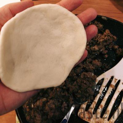Broodje bapao - rol het deeg uit in je hand