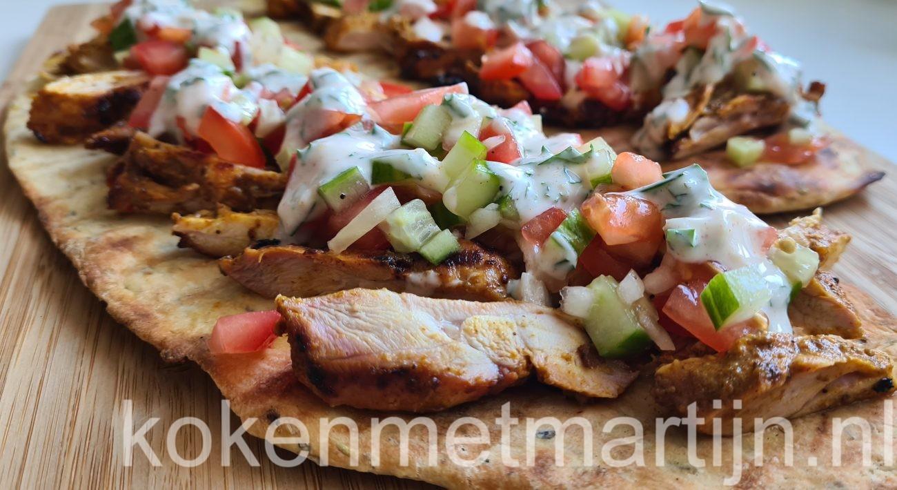Flatbread met kipdijfilet madras, een frisse salsa en yoghurtdressing